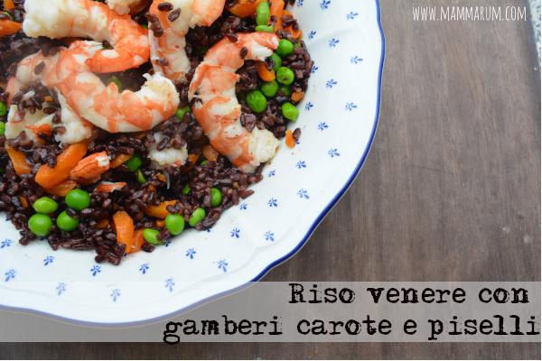 Riso venere con gamberi, carote e piselli