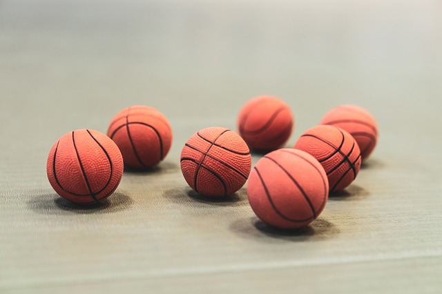 Come gonfiare un pallone da calcio, basket, ecc.