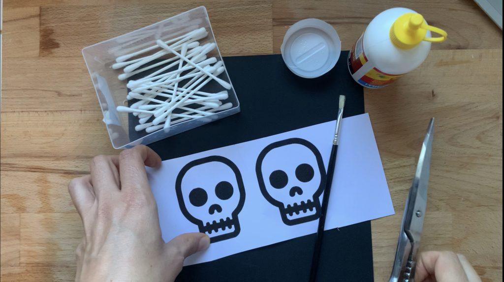 Lavoretti di Halloween facili scheletro Cotton fioc2