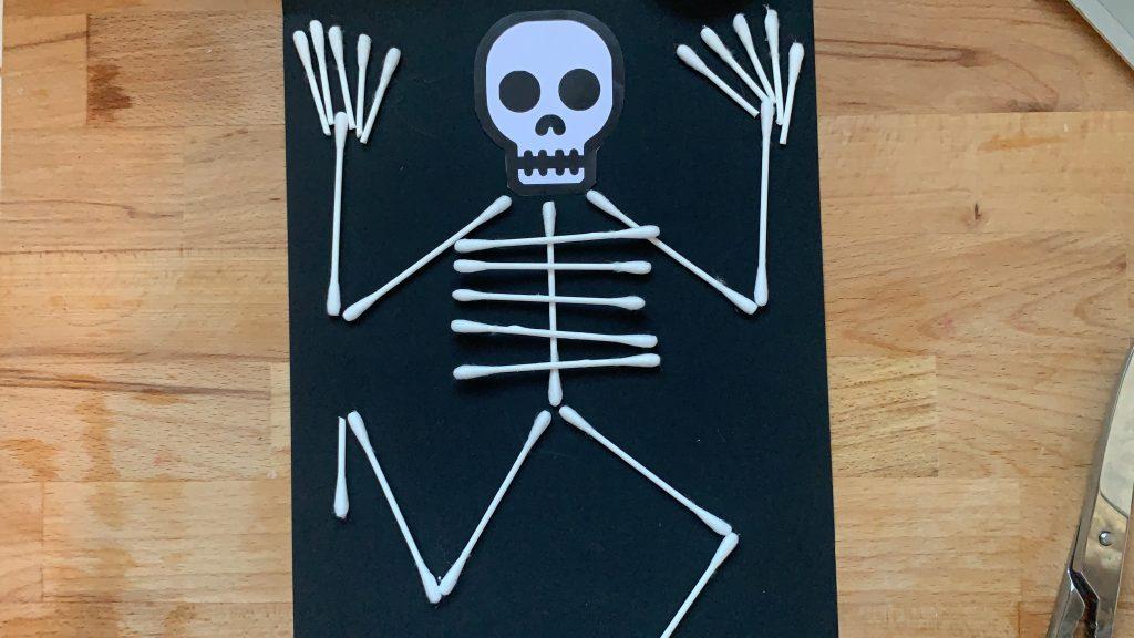 Lavoretti di Halloween facili scheletro Cotton fioc3