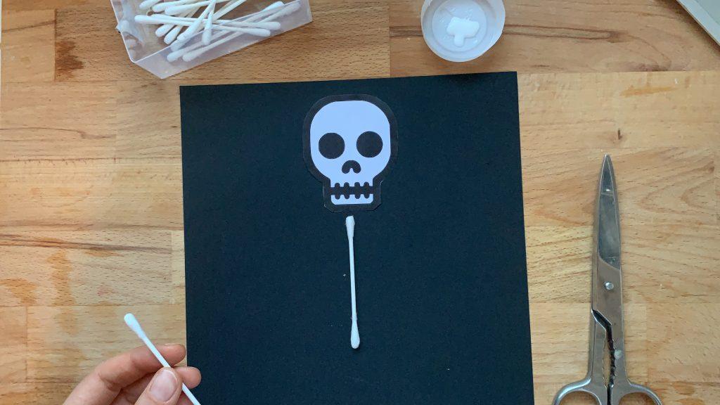 Lavoretti di Halloween facili scheletro Cotton fioc4